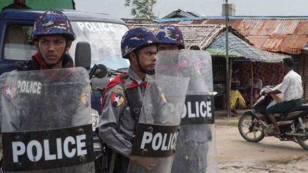 襲擊緬甸警察的羅興亞武裝組織稱自身是緬甸若開邦的「羅興亞救世軍」(Arakan Rohingya Salvation Army,ARSA),其總共殺死了20餘名警察和維安人員,在8月25日,襲擊了位於若開邦的一個警察局,殺死12人,此舉引來緬甸當局軍事行動的報復。(法新社)