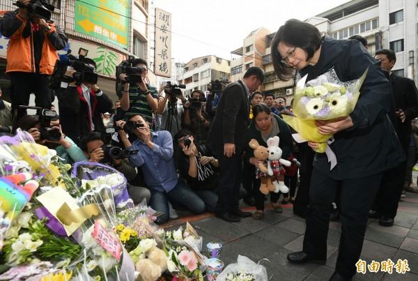 總統當選人蔡英文29日到內湖女童命案現場獻花,並留下一張卡片給小燈泡。(記者張嘉明攝)