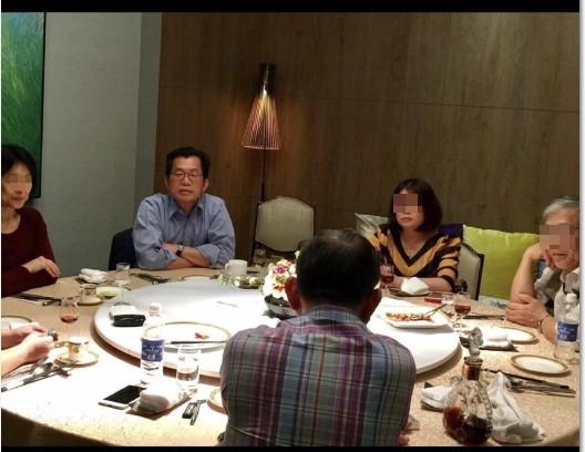 受邀魚翅宴,環保署長李應元,坦承不該吃。(網友提供)