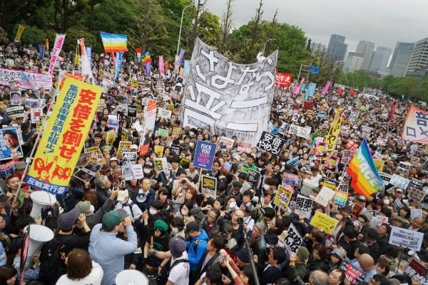 今天(14日)下午有3萬人聚集在日本國會外進行抗議,6個在野黨團也發起聯合譴責,要求安倍下台。(彭博)