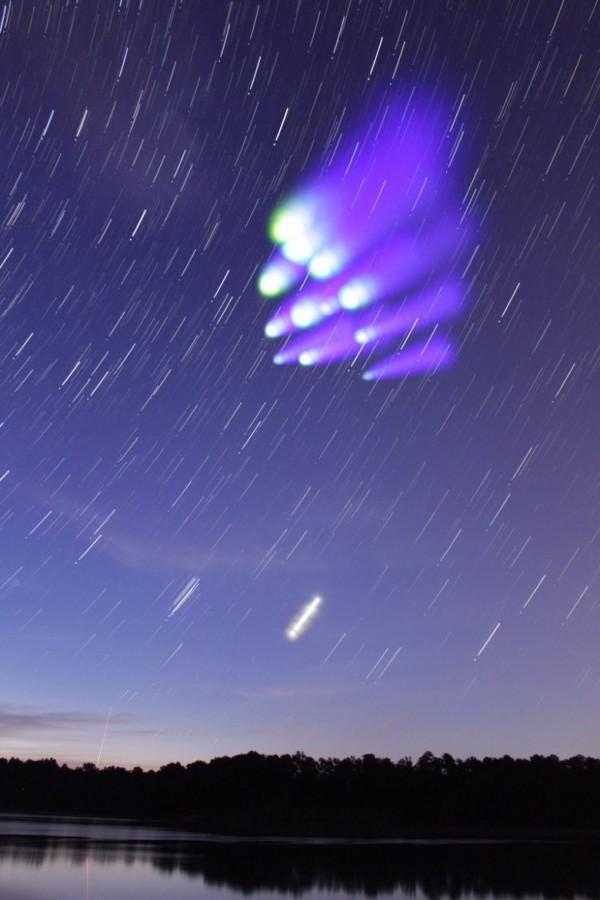 NASA發射火箭,有助科學家觀察太空中的粒子運動,並研究「電離層」及「極光」等,此項新任務產生的人造彩雲,則吸引許多民眾圍觀。(擷取自NASA)