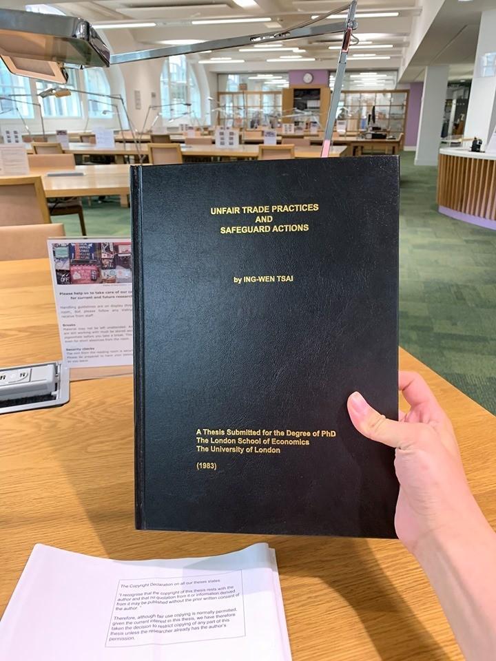林姓網友親赴倫敦政治經濟學院(LSE)的圖書館,調閱總統論文,打臉質疑人士。(圖擷自臉書)