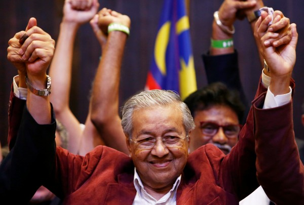 92歲前首相馬哈地(Mahathir Mohamad)所組成的在野「希望聯盟」(Pakatan Harapan,PH),擊敗執政60年的「國民陣線」(BN)。(路透)