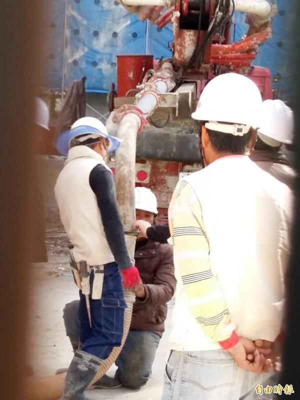 大溪高中圖資大樓工安意外,檢察官重返現場勘驗,測量灌漿管線的長度。(記者鄭淑婷攝)