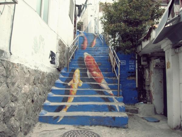 韓國鯉魚彩繪樓梯,現已被當地居民塗銷。(圖取自healingdiscovery.co.kr)