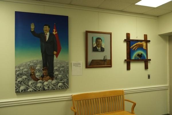 中國旅美畫家翁冰日前在美國北卡羅來納州舉行個人畫展,其中3幅「反抗習近平暴政」的畫作遭主辦方撤除。(圖擷取自推特)