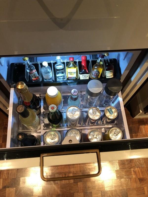 許多飯店房間內都設有迷你吧,讓房客可以直接在房間內取用酒水,等到離房時再付錢。(圖擷自推特)