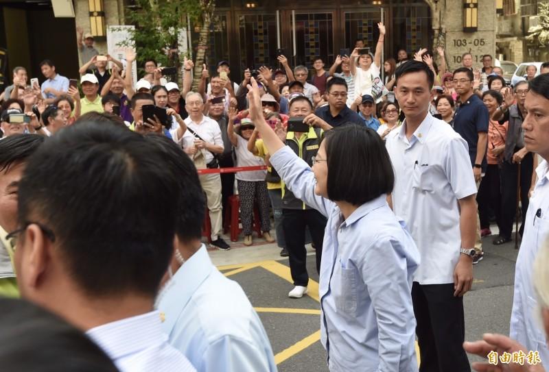總統蔡英文16日前往「松山慈雲宮」參拜,民眾熱烈歡迎爭相握手、拍照並祝高票當選。(記者簡榮豐攝)