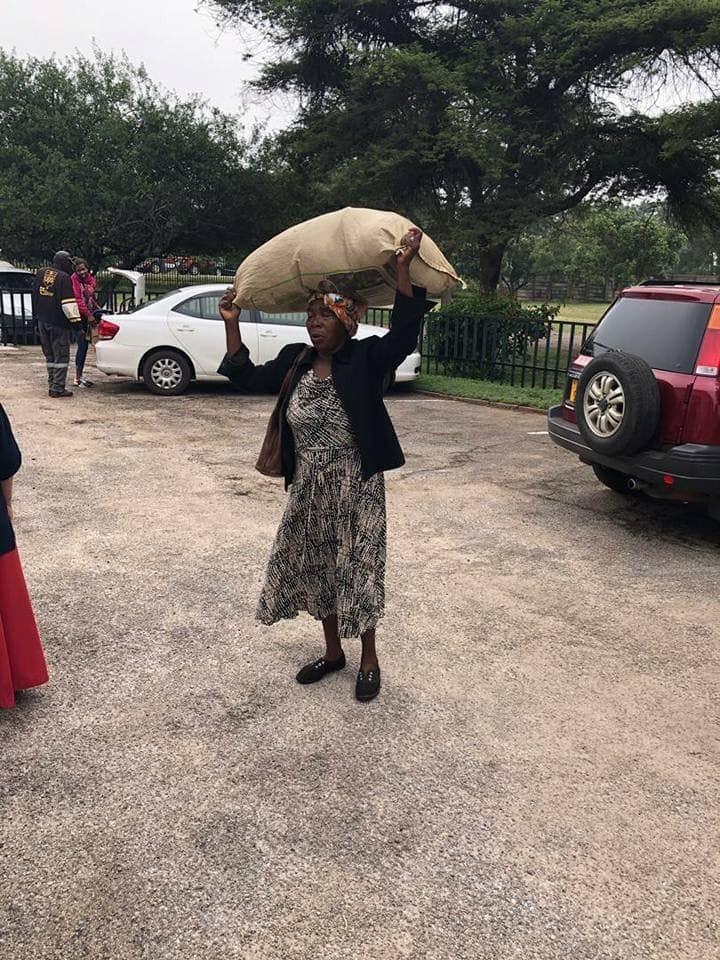 辛巴威71歲貧窮奶奶迪隆(Plaxedes Dilon,另名Gogo Magombo)不忍災民流離失所,跋山涉水捐贈物資,讓非洲富商馬希依瓦(Strive Masiyiwa)相當感動,決定送奶奶一棟房子。(圖擷自Highlands Presbyterian Church-Harare臉書)