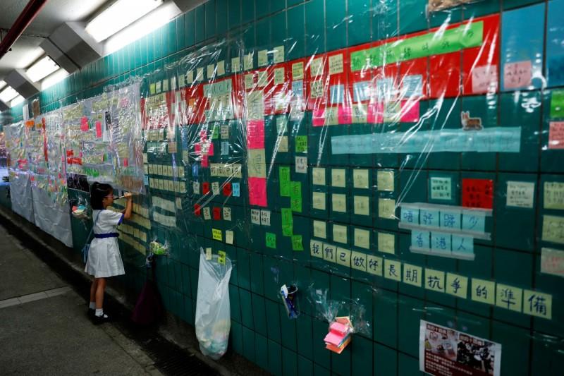 今天凌晨港警「快閃」拆香港大埔火車站「連儂隧道」。(路透)