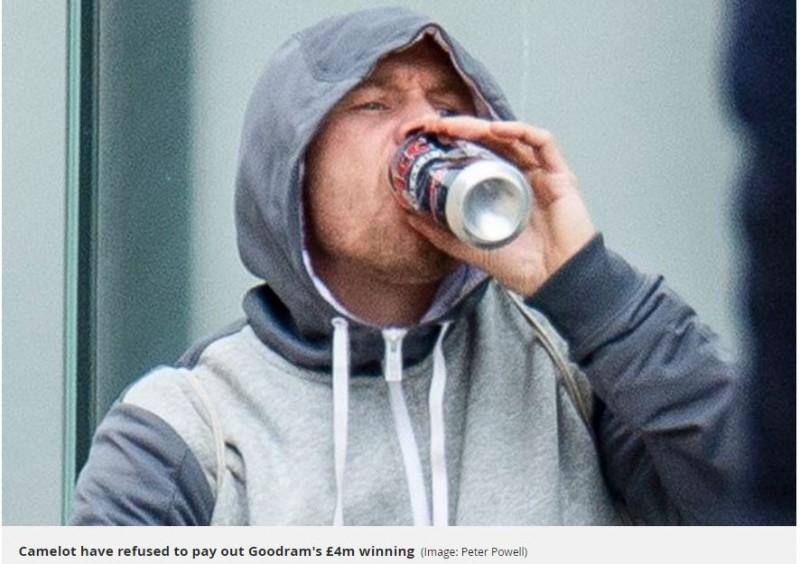 古德曼被當地媒體拍下喝廉價酒的落魄模樣。(圖擷自Mirror)
