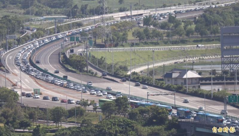 高速公路局建議北向用路人,28日儘量於上午時段出發或延後至初五再出發,以節省寶貴時間。圖為中秋連假國道5號車潮。(資料照)