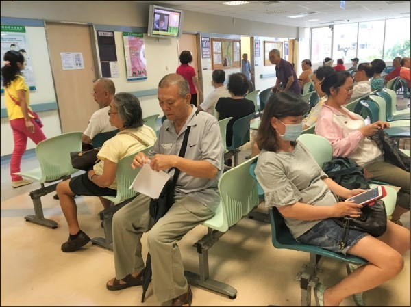 健保署基層醫療院所假日開診政策今天上路,全台共308家地區醫院週六開診、115家週日開診。(資料照)