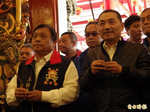 爭取國民黨新北市長黨內提名的新北市前副市長侯友宜,今天到淡水拜會蔡錦賢(左)。(記者陳心瑜攝)