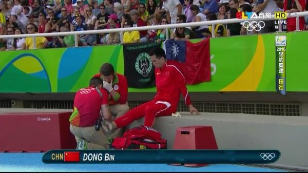 中國選手董斌在場邊時,後方就出現了中華民國「青天白日滿地紅」的旗幟。(圖擷取自PTT)