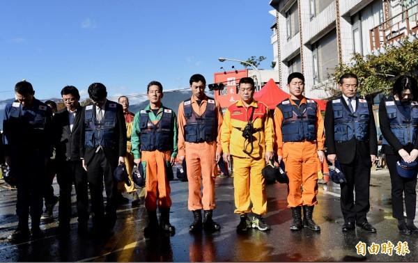 協助花蓮震災的日本搜救隊10日結束任務返國,離去前與花蓮消防隊互贈帽子道謝,並向雲翠大樓脫帽致意。(記者簡榮豐攝)