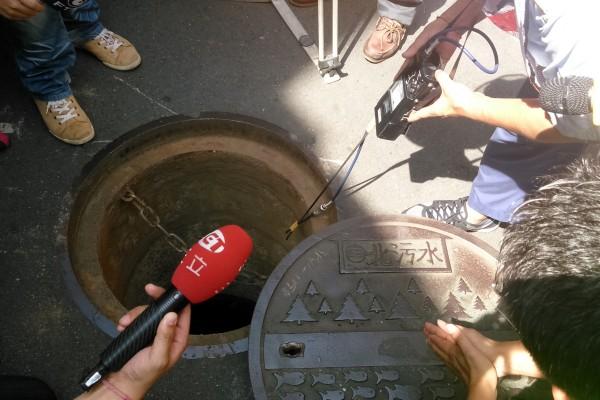 儀器檢測結果顯示,問題污水人孔蓋並無任何易燃氣體存在的跡象。(記者陳彥鈞攝)