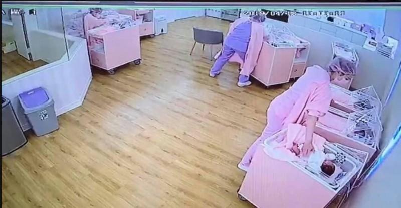 地震發生時,護理師將嬰兒床集中在一起,以身體與雙手保護。(圖擷自《爆料公社》)