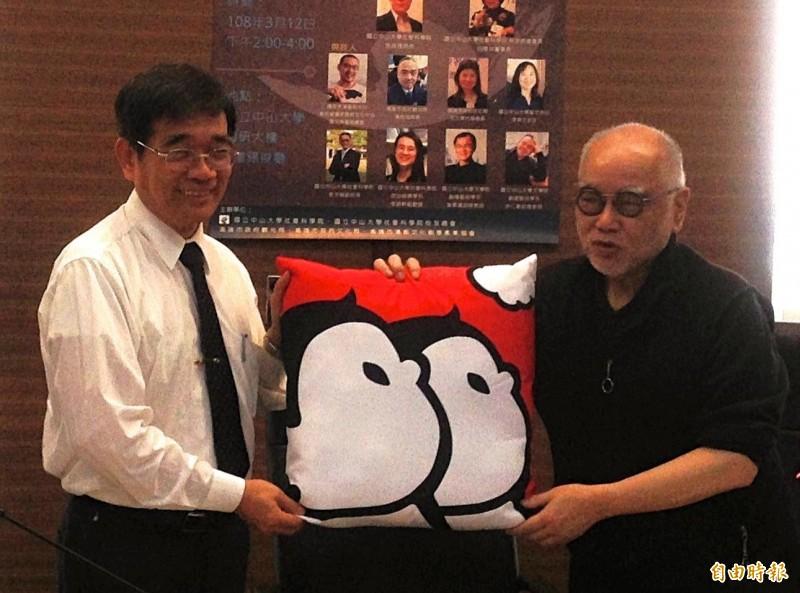 榮念曾(右)送見面禮給中山大學副校長陳英忠。(記者黃旭磊攝)