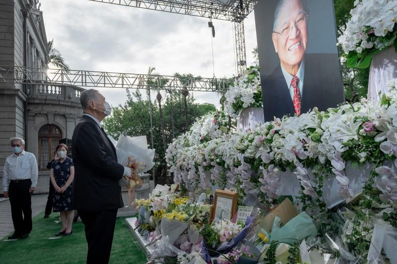 日本前首相森喜朗(前左)今日率跨黨派國會議員專程來台弔唁前總統李登輝。(圖擷取自外交部臉書)