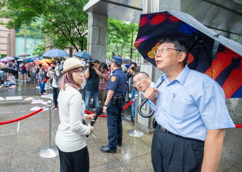 台北市長柯文哲傍晚突然前往台北的香港經貿文化辦事處前,探視靜坐聲援香港「反送中」的港、台青年,卻被反嗆「這就是你要的一國兩制嗎?『不要理他』就好了嗎?你不敢講嗎?」低聲和幕僚交頭接耳後,隨即轉身離去。(民眾提供)