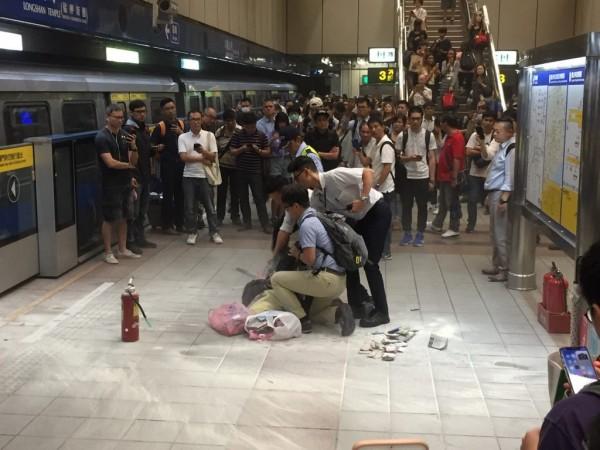 台北捷運稍早傳出有人在車廂內持刀,引起車廂內民眾恐慌,目前該名老婦已被警方壓制。(圖擷取自PTT)