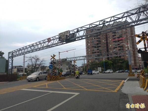 花蓮、吉安市區共有7個鐵路平交道,藍、綠縣長參選人都提出鐵道高架化的訴求。(記者王錦義攝)