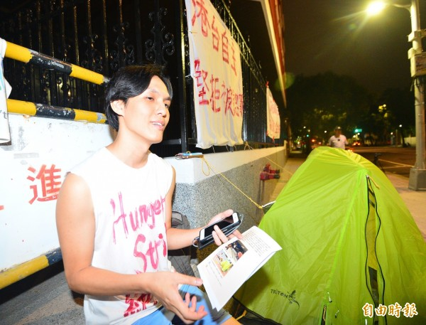 呂智恆去年10月曾赴台絶食,呼籲台、港兩地人民不要忘記「被認罪」的李明哲和香港的政治犯。今日再度來台卻一度無法順利入境。(資料照,記者王藝菘攝)