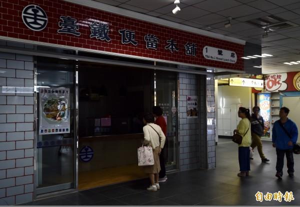 台北車站停電,旅客到黑漆漆的台鐵便當本舖買便當,但廚房沒電停擺,只好緊急從七堵車勤部餐務室調1000份供應晚間旅客需求。(記者簡榮豐攝)