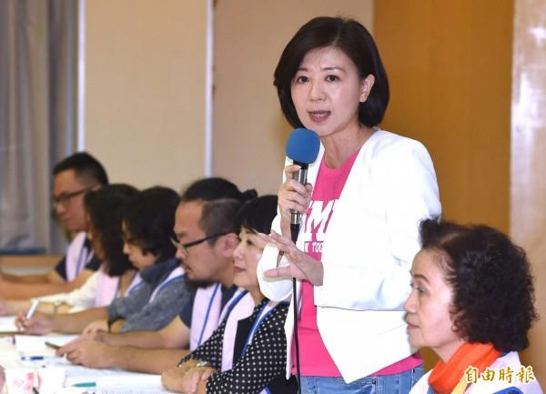 國民黨台北市長候選人丁守中競選總幹事王育敏(右二)9日代表出席民間版社會福利政策白皮書發表會及雙向論壇,和社福團體代表對話。(記者廖振輝攝)