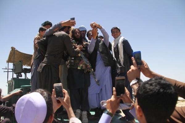 「神學士」在先前宣布,慶祝開齋節,他們將從週五起停火3天,而與阿富汗當局則是停火至下週三。最近有許多手無寸鐵的「神學士」人員在阿富汗不同的城市慶祝開齋節。(歐新社)