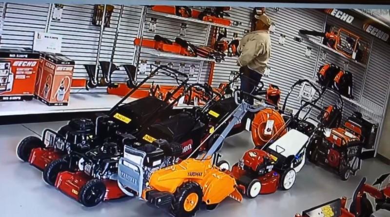美國加州1名男子到商店偷電鋸,竟把電鋸前端的鋸子塞到褲檔裡。(圖擷自R G Equipment臉書)