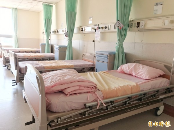 立委建議有關單位優先推動「全責照護」普及化。衛福部次長薛瑞元表示可先推動「共聘照護」,再逐步進展至「全責照護」。(記者蘇金鳳攝)