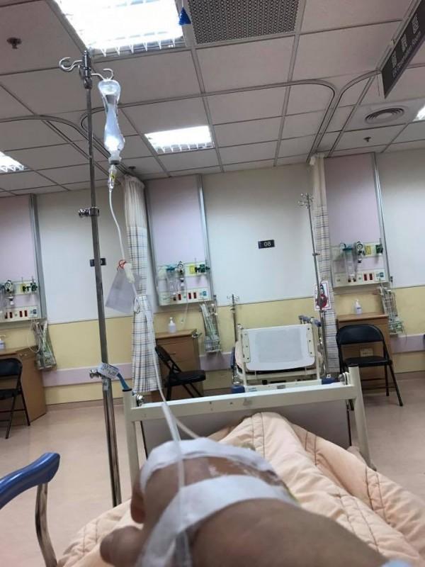 疑似誤食姑婆芋,徐國勇送醫急救,在急診室中他神經麻痛,祈禱腎不要也有狀況。(圖擷自徐國勇臉書)