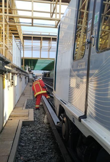 馬賽地鐵驚傳出軌,共造成至少14人受傷。(擷取自推特)