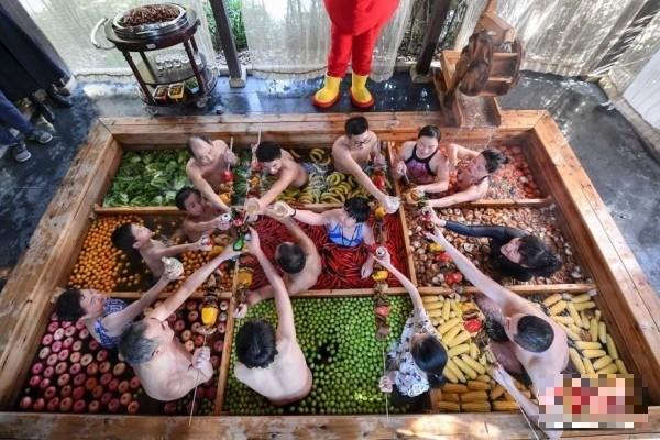 中國杭州一家酒店推出的九宮格溫泉火鍋,人菜共浴。(圖擷取自網路)