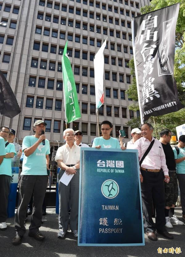 自由台灣黨認為,中華民國已經「過期」64年,印上「中華民國」字樣的護照只會被當成是「中華人民共和國」的人;民眾設計出的「台灣國」護照貼紙反而能讓人民證明自己是「台灣人」,並和中國做出明顯區別。(記者劉信德攝)