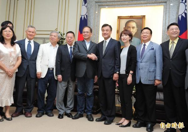 前行政院長游錫堃(右五)等人,針對農業政策拜會立法院長蘇嘉全(右四)。(記者王藝菘攝)