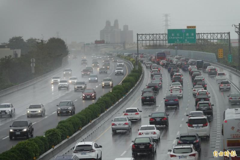 大年初二的中山高速公路彰化路段,從一早南下路段就出現車多壅塞情況。(記者劉曉欣攝)