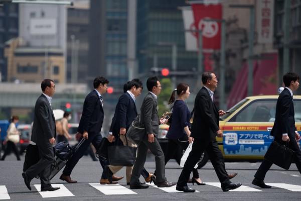 日本近年來興起代客辭職的服務,辭職代理公司接受委託向原雇主傳話,表達辭職之意,委託人再郵寄辭職報告給雇主,「不用去公司,無需和上司、同事見面就可以辭職」。(彭博)