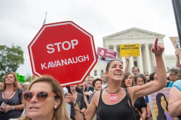 卡瓦諾經參議院投票通過,成為美國最高法院大法官。投票場外,大批抗議者怒吼。(法新社)
