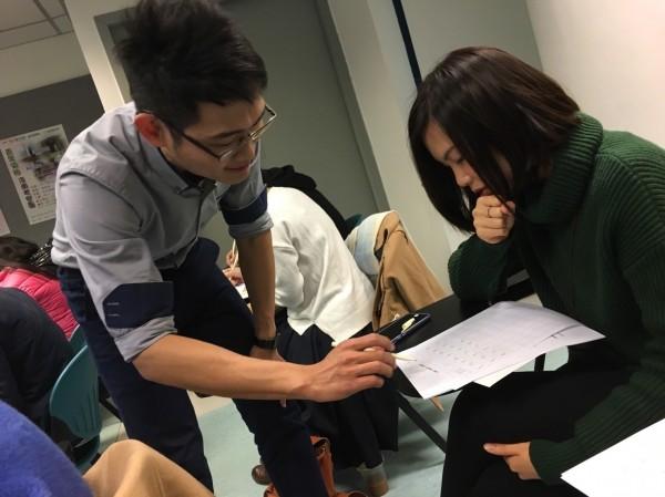 葉曄於香港城市大學開設習字分享講座,實際指導寫字方法。(手寫時光工作室提供)