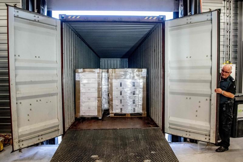 海關人員在中國遠洋海運公司擁有的一艘貨輪上發現一個貨櫃,內有3000箱伏特加,共有9萬瓶。(法新社)