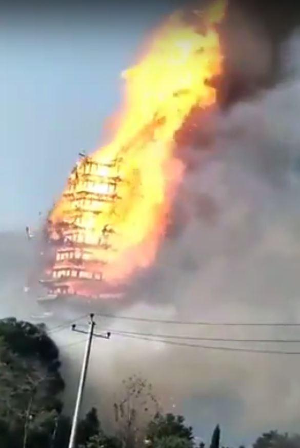 號稱亞洲第一高木塔的中國靈官樓,於今日發生火災,瞬間變成沖天火柱。(圖擷自YouTube)