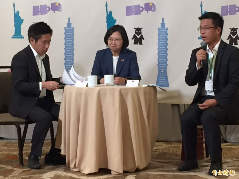 總統蔡英文今下午(台北時間21日上午)於美國丹佛與國內媒體茶敘時表示,我們希望持續維持台海和平穩定,但也希望中國方面瞭解,台灣人民所希望的是什麼、我們重視的是什麼,我們在每一次大選,我們想表達的是什麼。(記者楊淳卉攝)