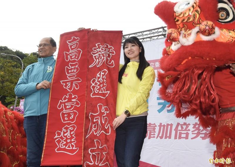 民進黨立委參選人高嘉瑜(右)競選總部8日成立,前行政院長游錫堃(左)到場站台祝高票當選。(記者簡榮豐攝)