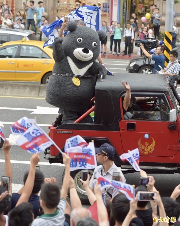 熊讚也在遊行隊伍中向民眾揮手致意。(記者黃耀徵攝)