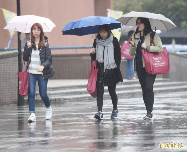 明(2日)受東北風及第26號輕度颱風「玉兔」外圍環流影響,全台有局部短暫雨。(資料照)