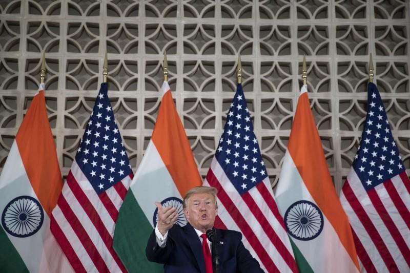 美國兩黨議員致函印度外長呼籲加強合作,以對抗中國的侵略及威脅。圖為美國總統川普今年2月到印度參加圓桌會議,並和印度總理進行會面。(美聯社)