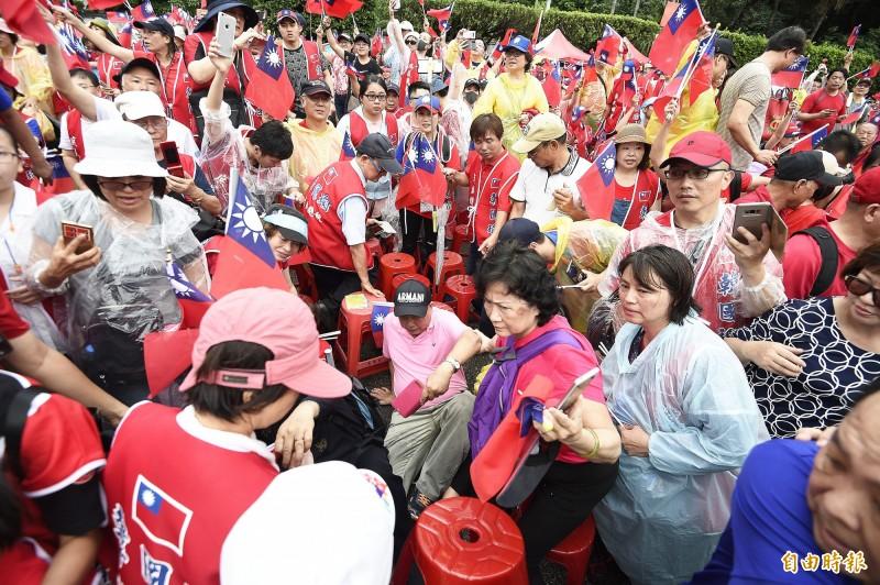 「決戰2020-贏回台灣」造勢大會在凱道登場,高雄市長韓國瑜大進場,韓國瑜親衛隊在前強勢開道,許多民眾因此跌倒在地。(記者陳志曲攝)